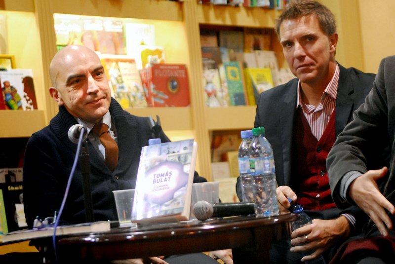 Tomas Bulat presentando su libro: Economía descubierta