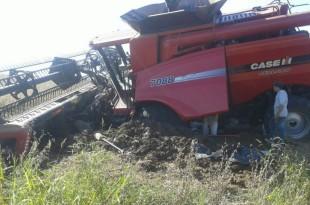 Cosechadora enterrada en un lote de soja de la campaña actual