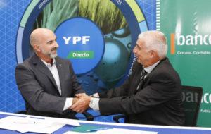 El gerente de Negocios Agro de YPF, Marcos Capdepont, y el vicepresidente del Bancor, Hugo Escañuela, rubricaron la alianza comercial en Monte Cristo, provincia de Córdoba